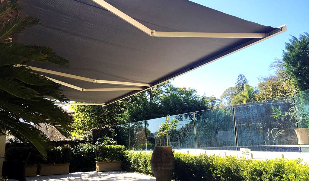 retractable folding arm awning for sun protection
