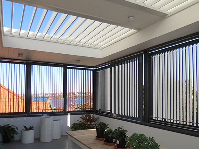 Combined louvre roof with vertical external louvres